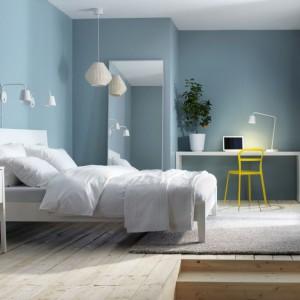 Błękitne ściany dodadzą sypialni lekkości i łagodności. Delikatne odcienie niebieskiego podkreślają jasne formy mebli.Fot.Ikea.