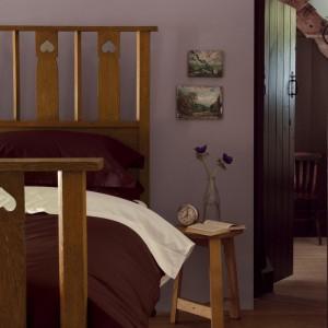 Przytłumiony fiolet świetnie komponuje się z drewnianymi, klasycznymi meblami. Fot. Dulux.