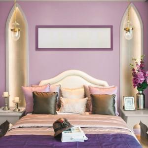 Romantyczne połączenie modnych fioletów pomoże stworzyć nam wyjątkową sypialnie. Fiolety dobrze komponują się z białymi, kremowymi meblami oraz dodatkami. Fot. Tikurilla.
