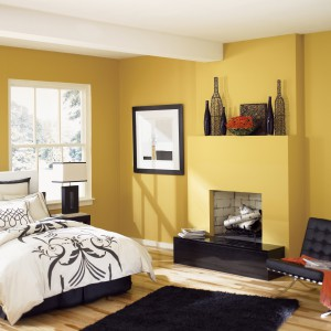 Ciepły, słoneczny, żółty kolor wprowadzi do sypialni przytulną atmosferę. Żółty kolor stanowi doskonałe tło dla ciemnych mebli oraz dodatków.Fot.Benjamin Moore.
