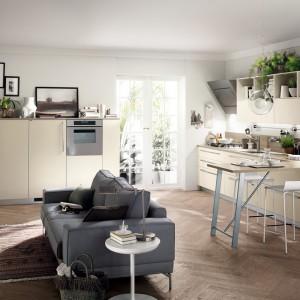 Zastosowanie jasnych mebli w salonie i kuchni sprawia, że pomieszczenie wydaje się większe. Fot. Scavolini.