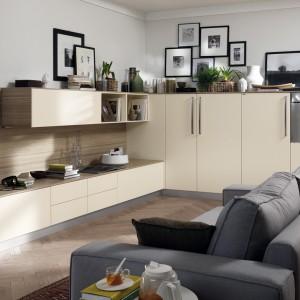 Ustawienie kanapy tyłem do kuchni stworzy swego rodzaju naturalną granicę. Fot. Scavolini.