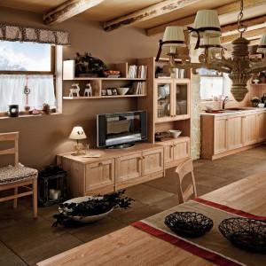 Dzięki zastosowaniu mebli z tej samej kolekcji kuchnia z salonem tworzą niezwykle harmonijną całość. Fot. Calesella.
