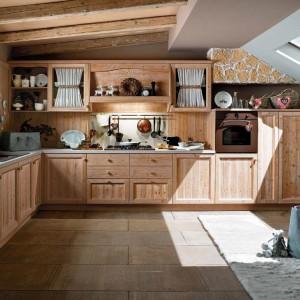 Drewniane meble z kolekcji Fieno włoskiej marki Calesella w stylu klasycznym. Fot. Calesella.