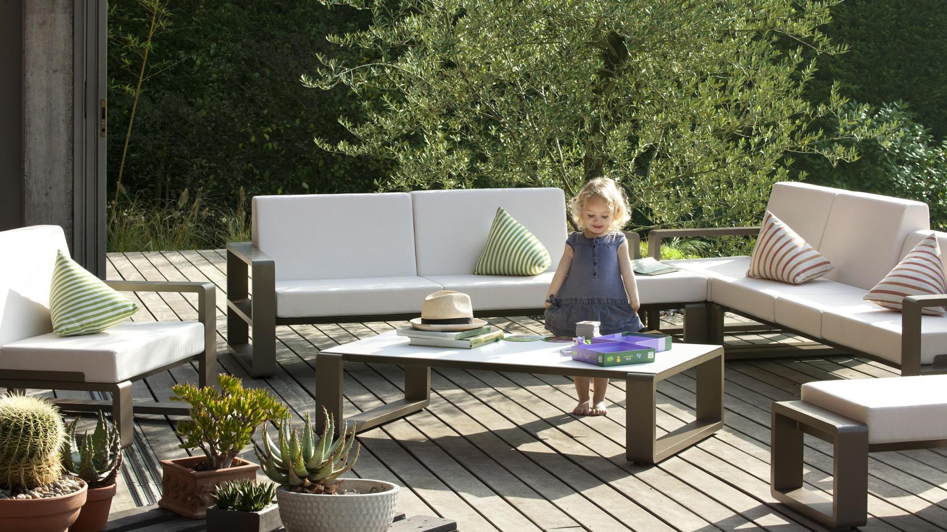 Kolekcja mebli wypoczynkowych Kama marki Ego Paris. Stylowe ramy mebli uzupełniają piękne jasne poduszki o nowoczesnych kształtach. Fot. Ego Paris.