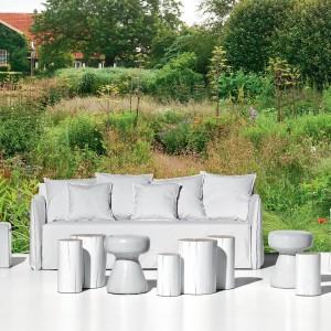 Białe tapicerowane meble ogrodowe z kolekcji InOut marki Gervasoni idealne do wypoczynku. Fot. Gervasoni.