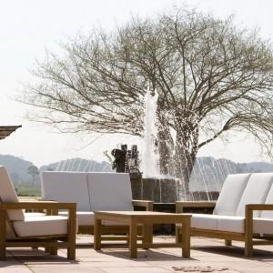 Meble wypoczynkowe z kolekcji modułowej Frankfurt marki Deesawat w drewnianych, solidnych ramach. Fot. Deesawat.