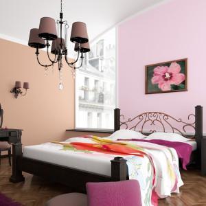 Delikatna, różowa, pastelowa aranżacja to pomysł na romantyczny wystrój sypialni. Fot.Dekoral.