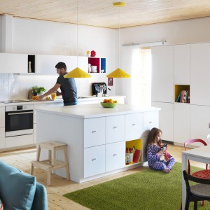Nowoczesne meble kuchenne Metod zapewniają wygodne blaty robocze oraz sporo miejsca na przechowywanie. Biel nadaje wnętrzu lekkości i świeżości, a kolorowe akcenty pięknie je ożywiają. Fot. IKEA.
