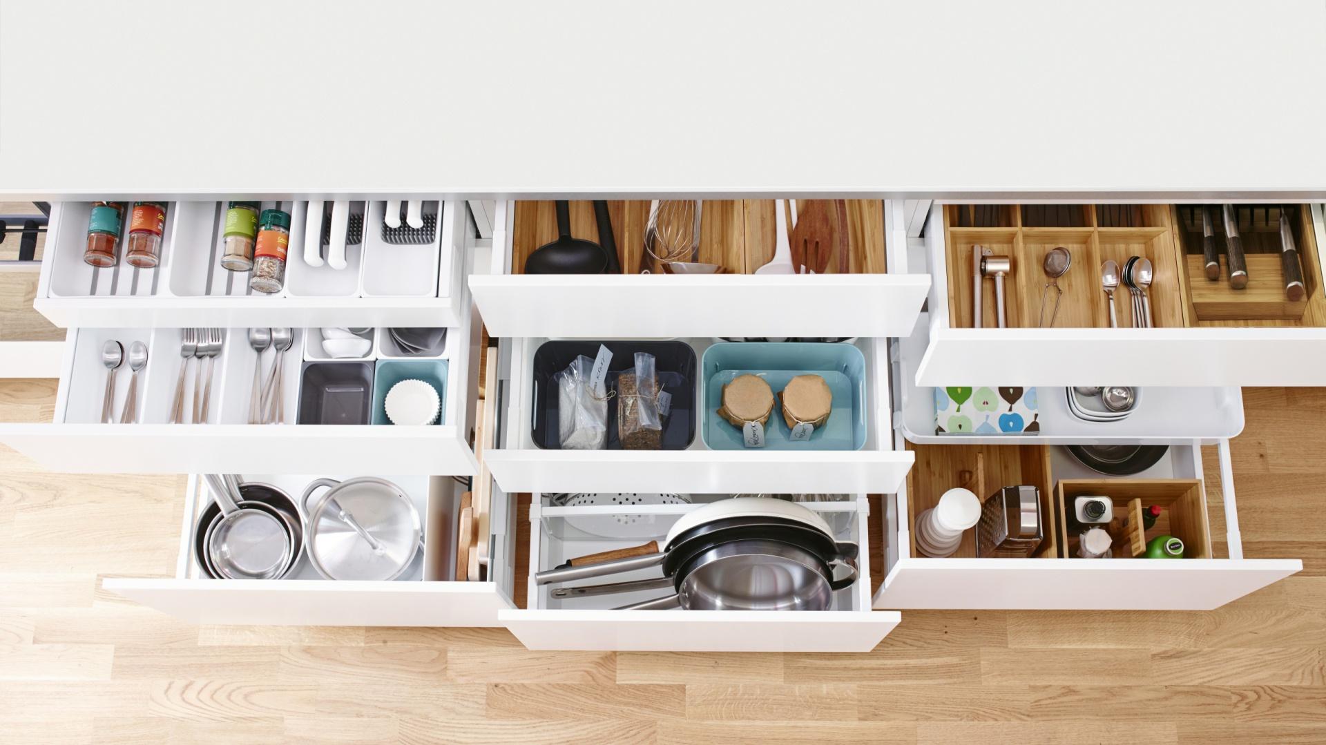 Liczne wkłady i pojemniki pozwalają utrzymać w szufladach idealny porządek. Wszystko zawsze jest na swoim miejscu. Fot. IKEA.