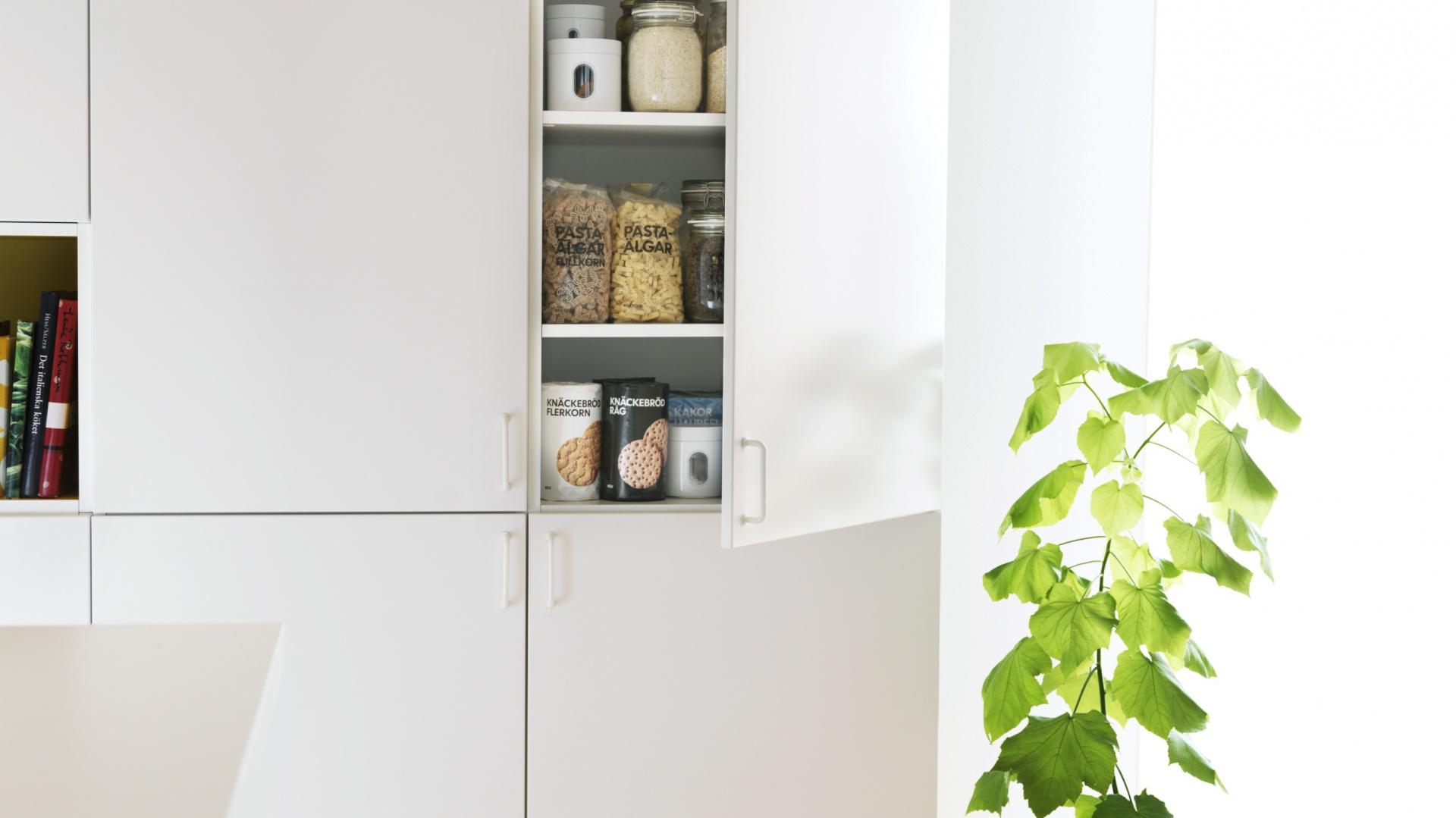 Fronty wysokiej zabudowy skrywają lodówką oraz liczne szafki zapewniające sporo miejsca na przechowywanie. Fot. IKEA.