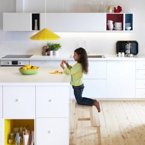 Wyspa kuchenna z białymi frontami szuflad Veddinge, delikatnie domykającymi się szufladami Maximera i otwartymi szafkami Tutem. Fot. IKEA.