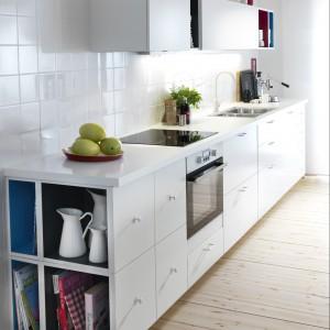 Strefa zmywania znajduje się w jednym ciągu ze strefą gotowania, co pozwoliło zachować złotą zasadę trójkąta roboczego. Fot. IKEA.