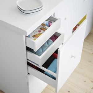 Wbudowane amortyzatory sprawiają, że szuflady zamykają się powoli, cicho i delikatnie. Fot. IKEA.