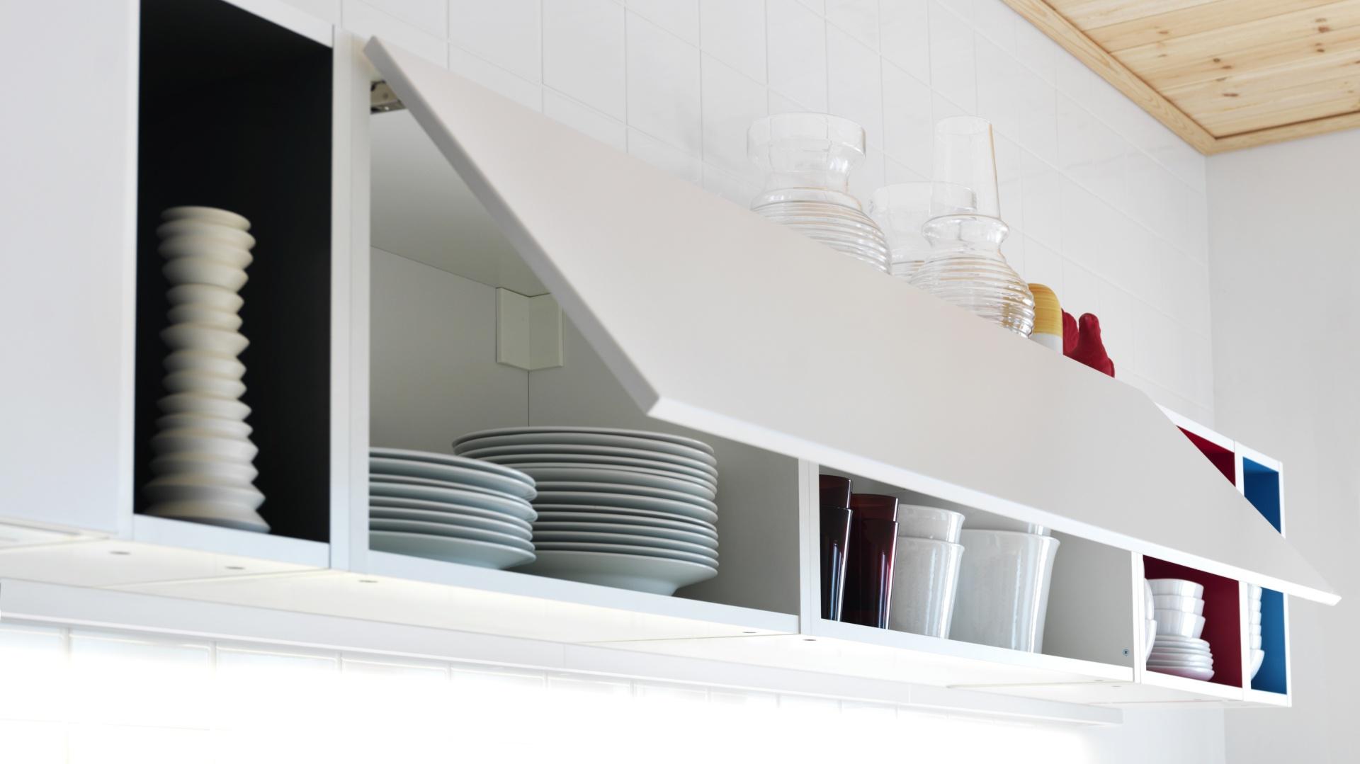 Szafki górne nie mają uchwytów. Otwierane są przez delikatne naciśnięcie fontu. Fot. IKEA.