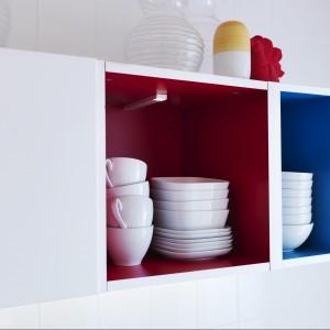Kolorowe akcenty we wnętrzu szafek górnych ożywiają biel kuchennej zabudowy. Fot. IKEA.