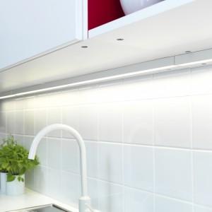 Ledy zamontowane nad szafkami górnymi doskonale oświetla ją blat roboczy. Biała bateria ładnie wpisuje się w aranżację kuchni. Fot. IKEA.