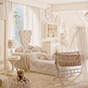 Dziecięce łóżko przykuwa uwagę oryginalnym kształtem zagłówka. Fot. Fabio Luciani.