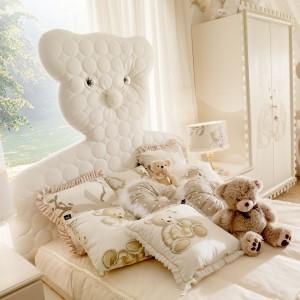 Dekoracyjne poduszki z nadrukowanymi niedźwiadkami mogą pełnić też rolę maskotek. Fot. Fabio Luciani.