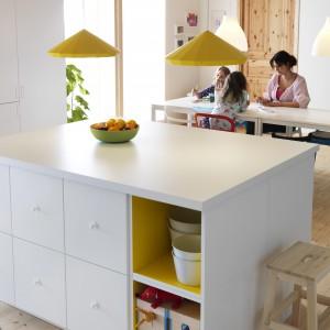 Wyspa znajduje się na granicy kuchni i jadalni. Oferuje wygodny blat roboczy oraz pojemne szafki. Fot. IKEA.