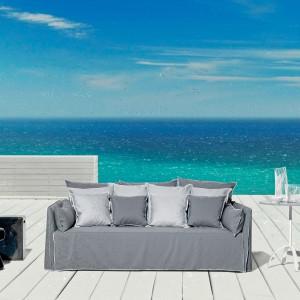 Tapicerowana sofa w szarym kolorze z najnowszej kolekcji InOut marki Gervasoni dedykowana na zewnątrz. Fot. Gervasoni.