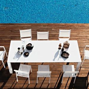 Duży stół jadalniany Dolmen marki Varaschin dedykowany na zewnątrz. Aluminiowa rama oraz blat wykonany z tego samego materiału bądź tworzywa HPL dostępne są m.in. w kolorze czystej bieli. Fot. Varaschin.
