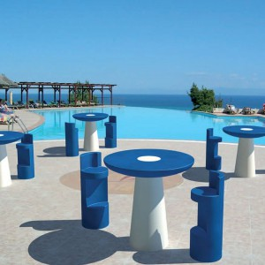 """Stoliki i krzesła barowe z kolekcji Miko marki Kloris w """"greckich"""" kolorach. Dodatkowo biała podstawa stolika działa na zasadzie lampy ogrodowej. Fot. Kloris."""