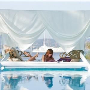 Niepowtarzalny meble ogrodowy - dwuosobowe łóżko z baldachimem z kolekcji Eden marki Ego Paris. Dostępne w czystym białym kolorze. Fot. Ego Paris.