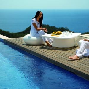 Zestaw designerskich mebli ogrodowych Moma doskonale nadaje się na taras, balkon, a nawet pomost. Biały kolor podkreśla lekkość okrągłych brył. Fot. Vondom.
