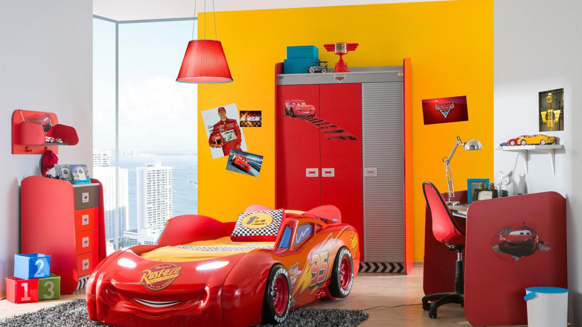 W pokoju automaniaka dominuje czerwień - kolor kojarzony z rajdami samochodowymi. Ciekawym urozmaiceniem jest żółta ściana. Fot. Kids&Teens.
