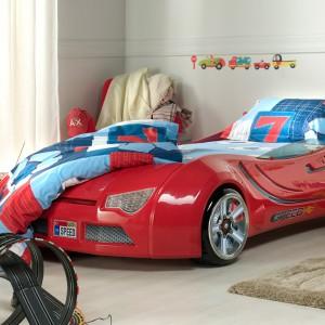 Samochodowe łóżko to praktyczny i dekoracyjny element wyposażenia pokoju małego automaniaka. Fot. Istikbal.