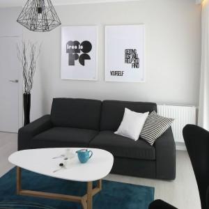 Wyposażenie: kanapa i dywan IKEA / lampa wisząca Leroy Merlin / stolik Futuri / podłoga panele laminowane bielony dąb Egger / rolety szyte na zamówienie Stylus.pl / zasłony IKEA. Fot. Bartosz Jarosz.