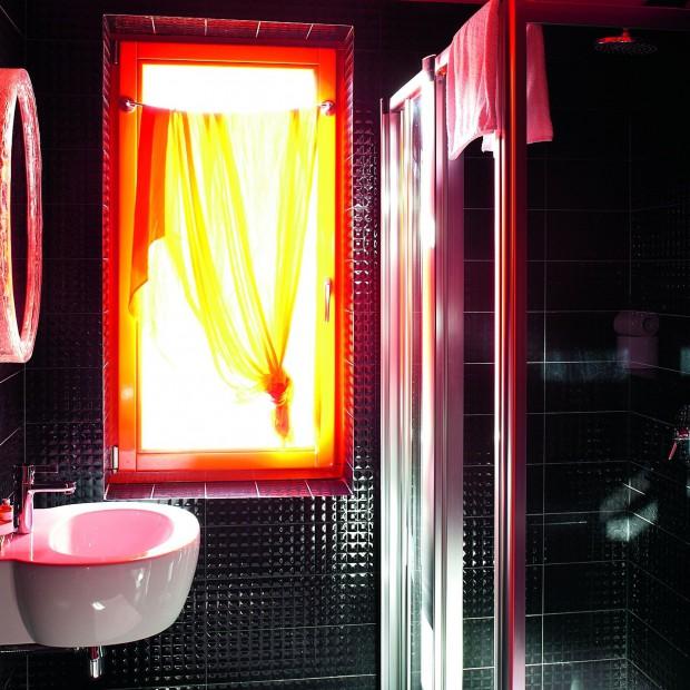 Wytworna łazienka w czerni – elegancka, ale i praktyczna