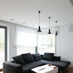 Wyposażenie: sofa Linea - tkanina Panno 1002 Charcoal / oprawy oświetleniowe Chors 60/80. Fot. Bartosz Jarosz.