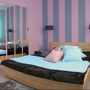 Różowo-fioletowe pionowe pasy w sypialni optycznie podwyższą wnętrza. Fot.Tikurilla.