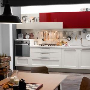 Długi reling z haczykami pasującymi do narzędzi i akcesoriów kuchennych pozwala mieć  je wszystkie pod ręką. Fot. Veneta Cucina.