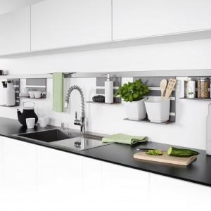 System relingowy Linero marki Peka z praktycznymi półeczkami na kuchenne akcesoria. Fot. Peka.