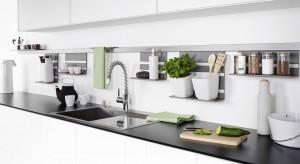 Praktyczne systemy relingowe – listwy oraz liczne akcesoria do zawieszenia na nich – nie zajmują dużo miejsca, za to czynią przestrzeń funkcjonalną i mobilizują do kuchennej aktywności.