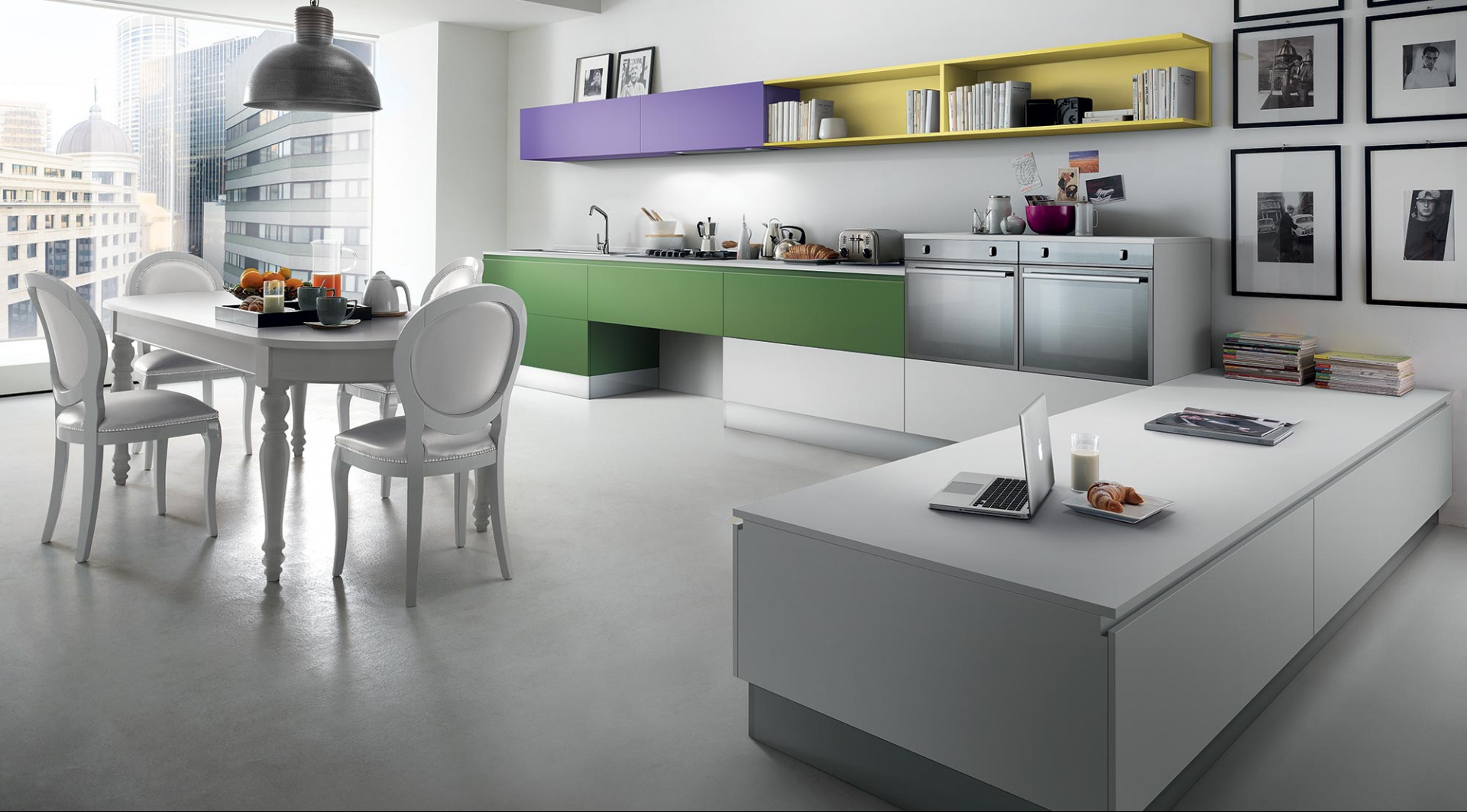Meble z kolekcji Metropolis z oferty firmy Municchi Cucine. Dominującą w kuchni biel ożywiają kolorowe akcenty. Proste, nowoczesna meble doskonale pasują do stołu i krzeseł w bardziej stylizowanym wydaniu. Widok na miasto mamy z każdego miejsca w kuchni. Bo zamiast tradycyjnej elewacji mamy tu ogromne przeszklenie.