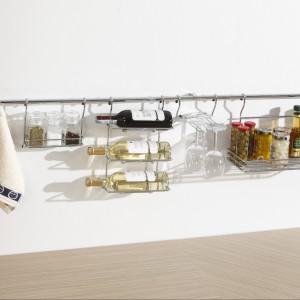 System relingowy marki Rejs z praktycznymi koszami w wykończeniu chrom. Fot. Rejs.