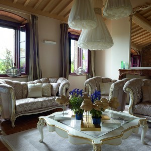 Żakardowa tkanina obiciowa sprawia, że bogate w formie meble stają się jeszcze bardziej dekoracyjne. Fot. Volpi.