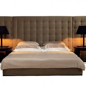 Łóżko Milan z wysokim, tapicerowanym zagłówkiem. Dodatkowo może być wyposażone w tapicerowane panele boczne, które ustawione są lekko pod kątem do wezgłowia. Fot.Comforty.