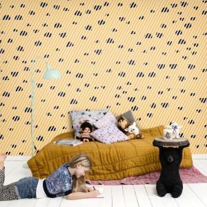 Żółta tapeta w ciemne cętki z kolekcji Isabelle Mcallister marki Mr Perswall. Fot. Mr Perswall.