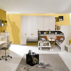 Ściany w dwóch odcieniach żółci są ożywczym tłem dla biało-szarych mebli. Fot. Giessegi.