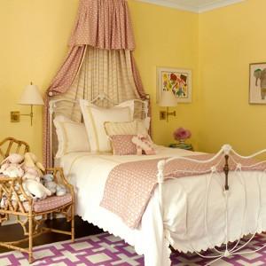 Z żółtym kolorem ścian współgrają różowe, dziewczęce dekoracje i dodatki. Fot. Benjamin Moore.