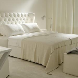 Włoskie łóżko Loren z lekko profilowanymi, pikowanymi bokami wezgłowia. Łóżko dostępne w kilku rozmiarach i kolorach. Fot.Meridiani.