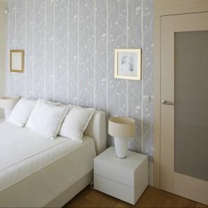 Tapeta została umieszczona tylko na jednej ścianie, tworząc uroczą, delikatną dekorację.Proj. Małgorzata Borzyszkowska. Fot.Bartosz Jarosz.