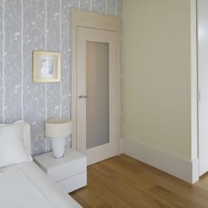 Do sypialni prowadzą drzwi z taflą mlecznego szkła. Wysokie listwy przypodłogowe dodają wnętrzu klasycznego uroku.  Proj. Małgorzata Borzyszkowska. Fot.Bartosz Jarosz.