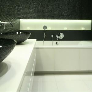 Czarno-biała łazienka to wynik niezwykłej konsekwencji aranżacyjnej przy projektowaniu całego domu, w którym odnajdziemy drugą, bliźniaczą łazienkę - tym razem biało-czarną. Projekt Agnieszka Ludwinowska. Fot. Bartosz Jarosz.