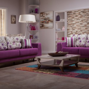 Ciemnoróżowa sofa Fyona z jasnym oparciem w kwiaty. Fot. Istikbal.